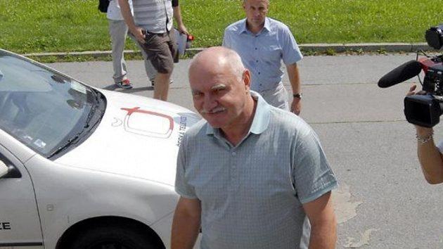 Bývalý předseda ČMFS a současný ředitel 1. FC Brno Pavel Mokrý přichází na mimořádnou tiskovou konferenci v Brně, na které se vyjádřil ke svému zatčení policií.