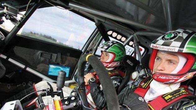 Pohled do útrob Škody Fabie S2000. Juho Hänninen (vpravo) a navigátor Mikko Markkula při belgické Ypres rallye.