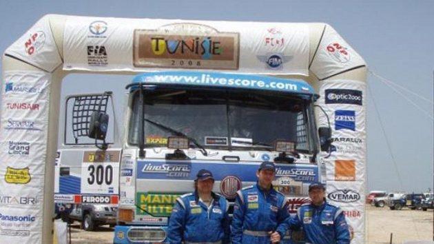 Posádka Letka Racing Teamu Vojtěch Morávek, Tomáš Tomeček a Radomír Smolka v cíli Rally Tunisia.