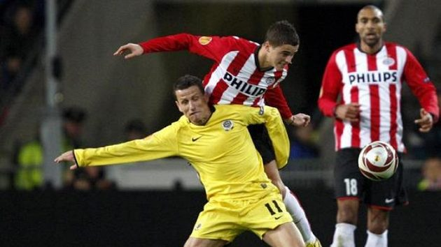 Sparťan Igor Žofčák (ve žlutém) v souboji s Ibrahimem Afellayem z PSV Eindhoven