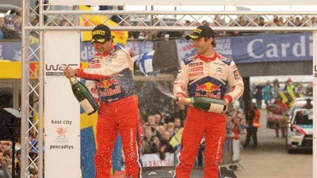 Mistrovské oslavy v podání Sébastiena Loeba (vpravo) a navigátora Daniela Eleny.