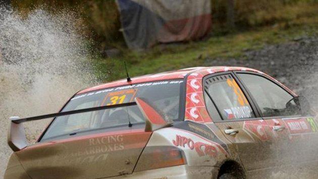 Martin Prokop s vozem Mitsubishi Lancer EVO IX na trati Britské rallye.
