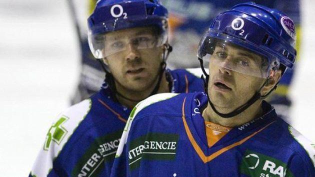 Hokejisté Kladna Jaroslav Kalla (vlevo) a Radek Bělohlav