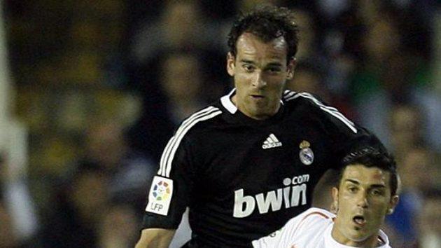Německý obránce Realu Madrid Christoph Metzelder brání útočníka Valencie Davida Villu.