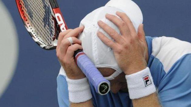 Gesto zmaru Rainera Schüttlera při utkání s českým tenistou Janem Hernychem.