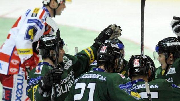 Hokejisté Karlových Varů se radují z druhého gólu na Slavii.