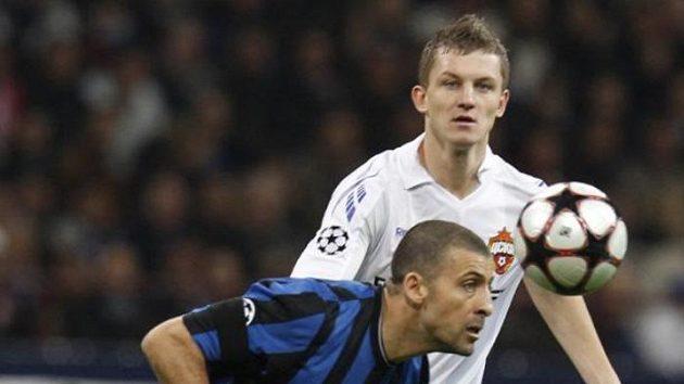 Útočník CSKA Moskva Tomáš Necid v souboji s Walterem Samuelem z Interu Milán.