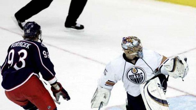 Český hokejista Jakub Voráček (vlevo) z Columbusu překonává gólmana Edmontonu Nikolaje Chabibulina.