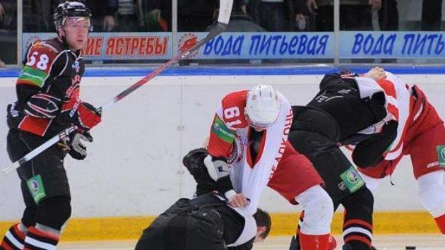 Hokejisté Čechova zákeřně napadli Červenku a Škoulu z Omsku.