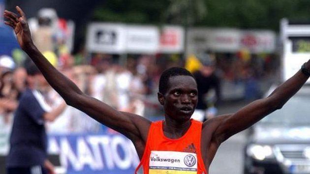 Katarský vytrvalec Hasan Mubarak Šamí probíhá cílem pražského maratónu.