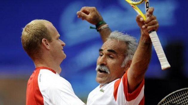 Mansúr Bahramí a Bohdan Ulihrach (vlevo) ve čtyřhře při tenisové exhibici na ECM Prague Open v Praze na Štvanici