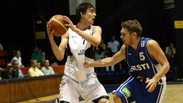 Estonský basketbalista Sokk brání domácího Satoranského.