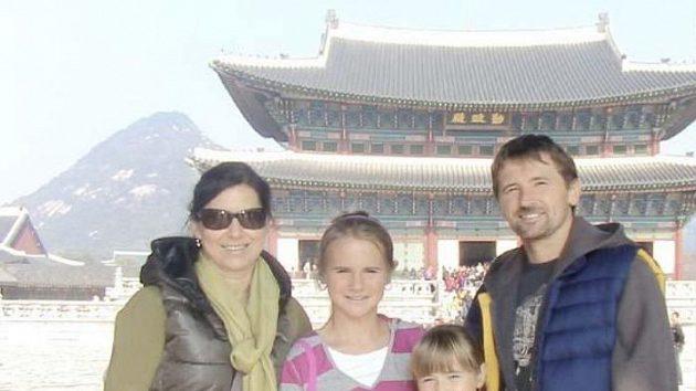 Hokejista Patrik Martinec s manželkou a dcerami na výletě po historických památkách