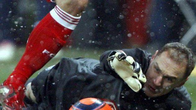 Brankář Herthy Berlín Jaroslav Drobný zasahuje během utkání na Bayernu.