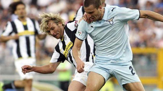 Záložník Juventusu Pavel Nedvěd (vzadu) bojuje o míč s fotbalistou Lazia Řím Stephanem Lichtsteinerem.