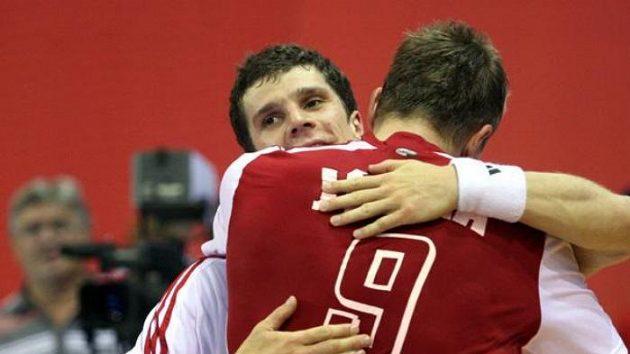 Házenkář Filip Jícha se objímá se spoluhráčem Ondřejem Zdráhalou po utkání proti Lotyšsku.