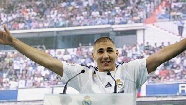 Francouzský fotbalista Karim Benzema v dresu Realu Madrid na stadiónu Santiago Bernabeu