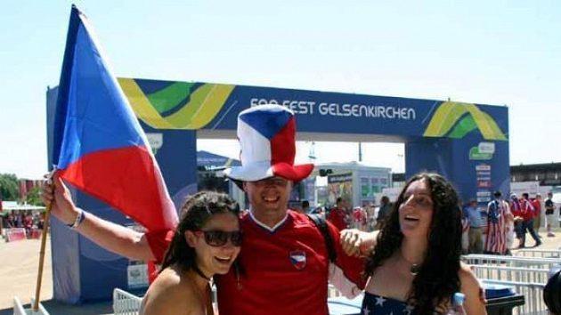Český fanoušek se fotí se dvěma příznivkyněmi USA.