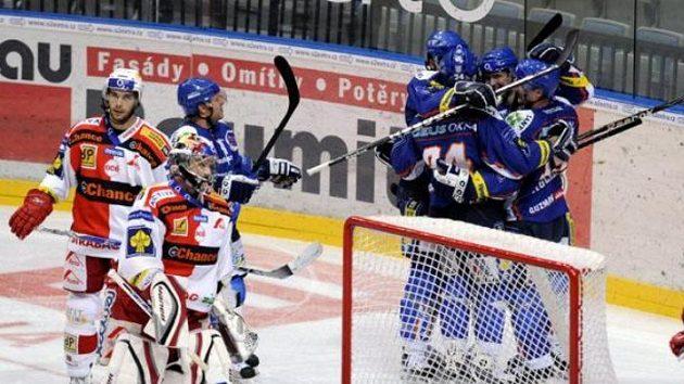 Kladenští hráči (v modrém) se radují z gólu na Slavii.