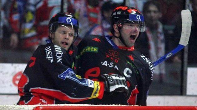 Jiří Dopita (uprostřed) ze Znojma se raduje ze své jubilejní padesáty branky v play-off.