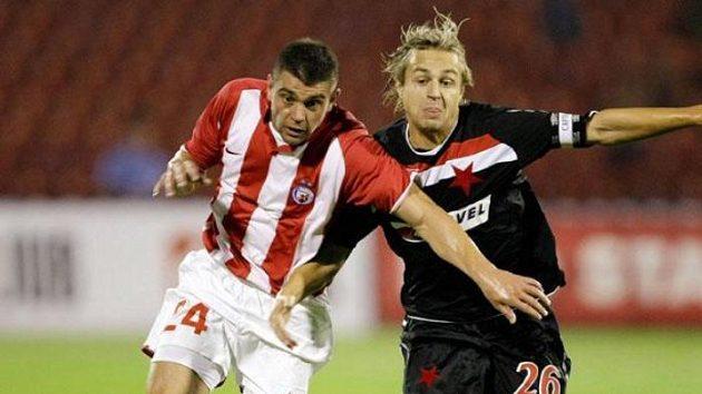 Kapitán Slavie Jaroslav Černý bojuje o míč s fotbalistou CZ Bělehrad Pavle Ninkovem.