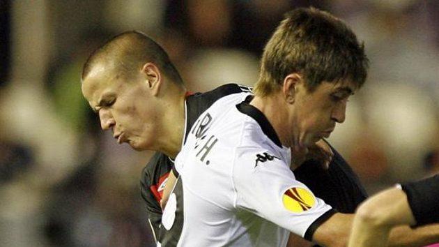Slávista Adam Hloušek (vzadu) v souboji s fotbalistou Valencie Pablem Hernandezem
