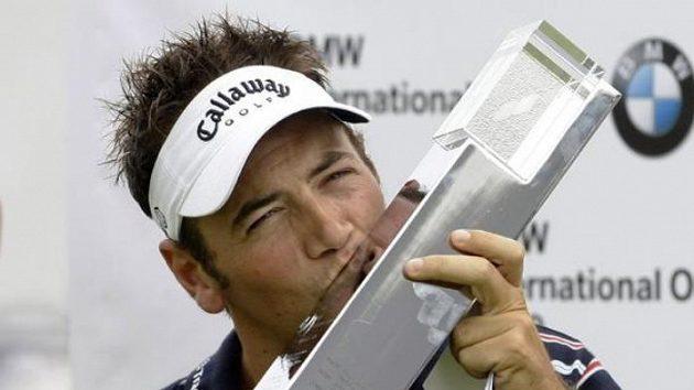 Anglický golfista Nick Dougherty líbá trofej pro vítěze turnaje v Mnichově.