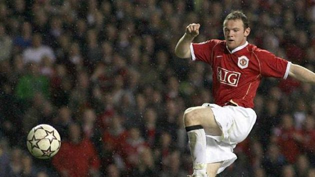 Wayne Rooney překonává brankáře AC Milán Didu v semifinále Ligy mistrů.