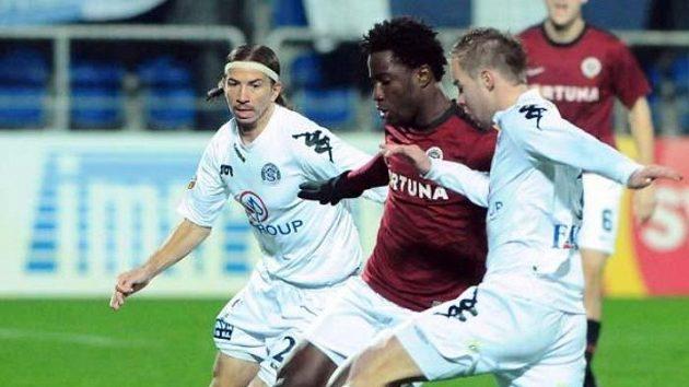 Sparťan Bony Wilfried (uprostřed) se snaží projít mezi dvojící hráčů ze Slovácka.