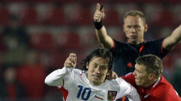 Tomáš Rosický (vlevo) bojuje o míč s polským fotbalistou Macejem Iwanskim.