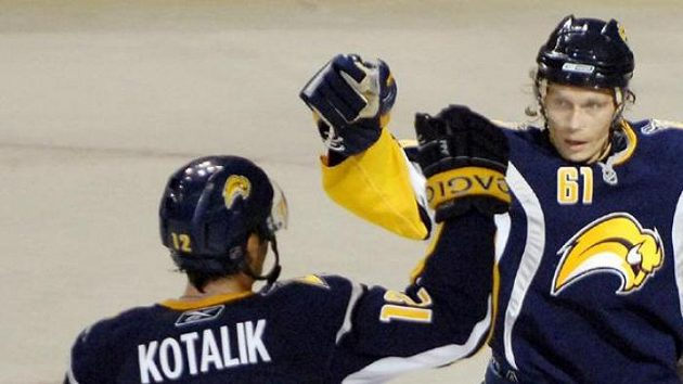 Český hokejista Aleš Kotalík blahopřeje svému spoluhráči Afinogenovovi, jenž se trefil do sítě Vancouveru.