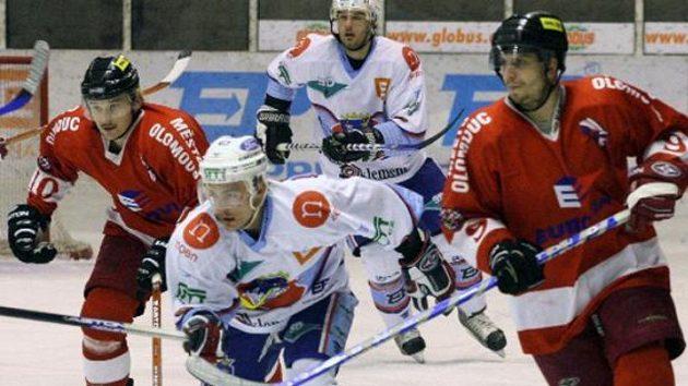 Hokejisté Chomutova v souboji s Olomoucí