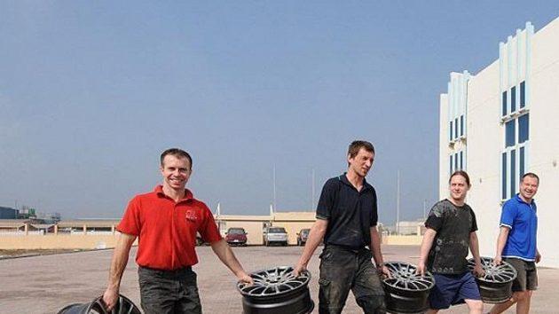 Členové týmu K&K Racing Válek Autosport stěhují materiál určený pro čtyřiadvacetihodinovku v Dubaji.