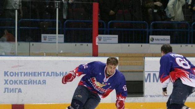 Čeští hokejisté Magnitogorsku Jan Marek (vlevo) a Tomáš Rolinek