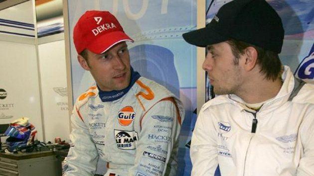 Jan Charouz (vpravo) diskutuje se Stefanem Mückem při tréninku na 24 hodin Le Mans.