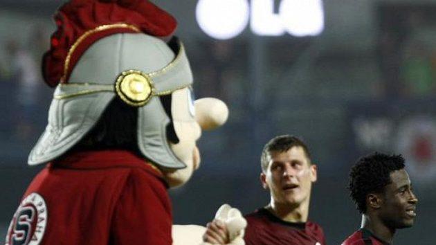 Fotbalisté Sparty se radují spolu s maskotem z postupu do skupinové fáze Evropské ligy přes Maribor.
