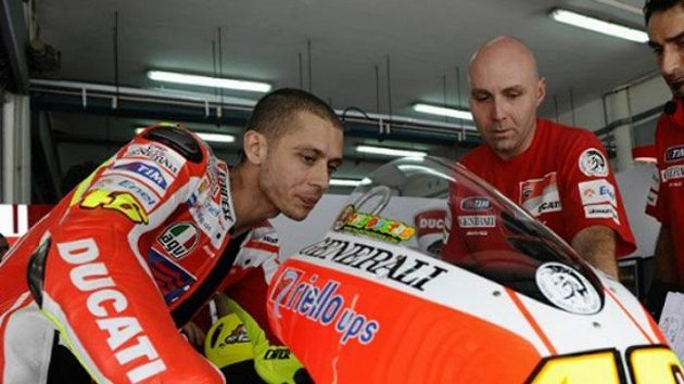 Valentino Rossi (vlevo) hledá s mechaniky Ducati ideální nastavení svého stroje.