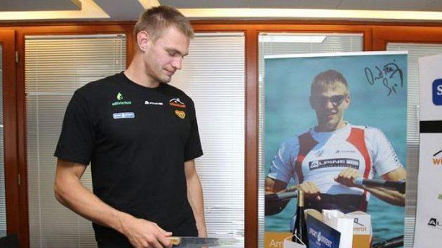 Skifař Ondřej Synek se chystá rozkrojit dort, který dostal k 28. narozeninám.