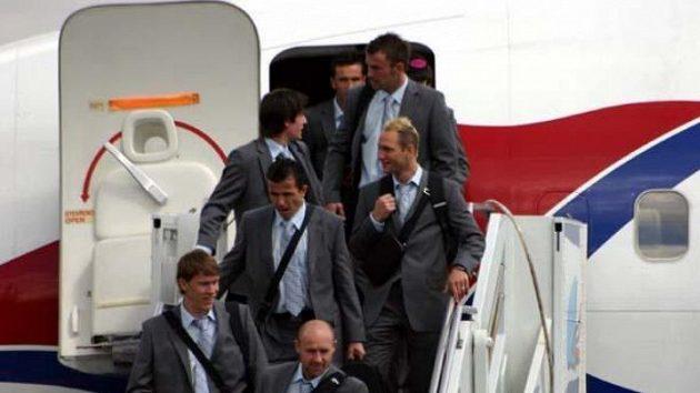 Čeští fotbalisté vystupují na letišti Siegerland.