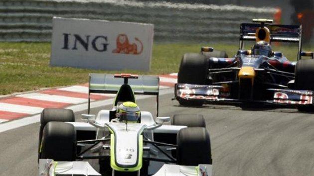 Sebastian Vettel s vozem Red Bull (vzadu) pronásleduje Jensona Buttona z týmu Brawn GP při Velké ceně Turecka.