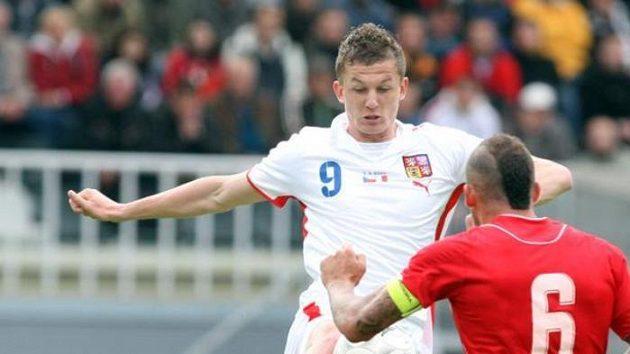 Tomáš Necid (vzadu) se snaží obejít Luka Dimecha z Malty.