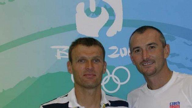 Čeští tenisté Pavel Vízner (vlevo) a Martin Damm