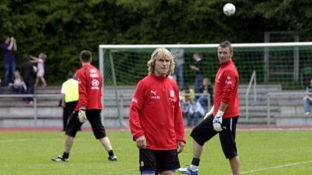 Brankář Jaromír Blažek sleduje na prvním tréninku reprezentace vNěmecku Pavla Nedvěda.