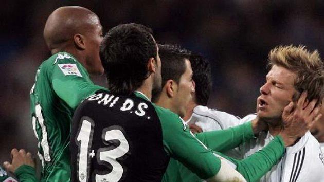 David Beckham (vpravo) při potyčce s protihráčem z Realu Betis.
