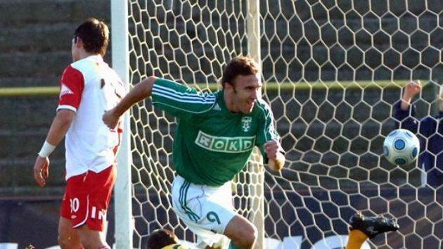 Karvinský fotbalista Marcel Pavlík oslavuje gól v pohárovém utkání proti Slavii.