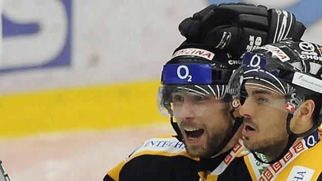 Hráči Litvínova Roman Vopat (vpravo) a Michal Trávníček se radují z třetího gólu.