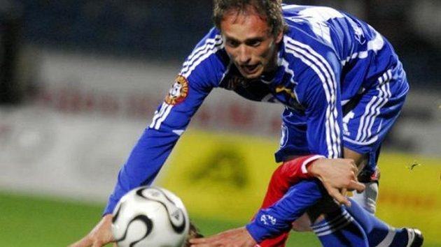 Petr Janda ze Slavie (dole) a René Formánek z domácí Sigmy v utkání první fotbalové ligy.