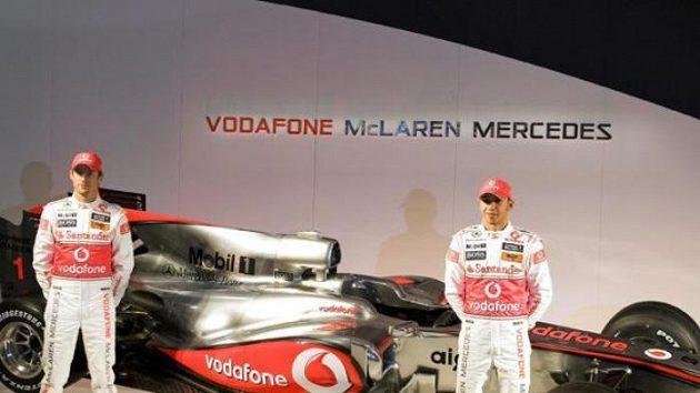 Jenson Button (vlevo) a Lewis Hamilton pózují u nového vozu McLarenu