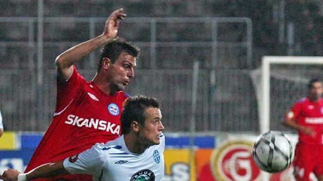 René Wagner (vlevo) z 1. FC Brno v souboji s Milanem Kopicem z FK Mladá Boleslav