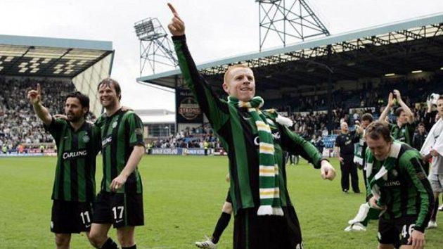 Neil Lennon (uprostřed) ještě jako kapitán Celtiku při oslavách skotského titulu.